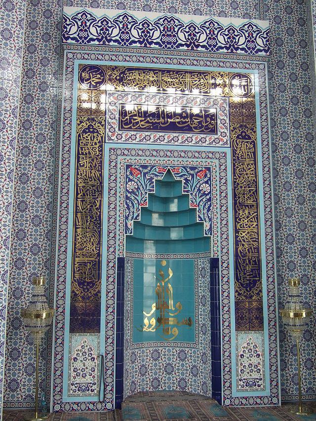 Mevlana_Moschee_(Kassel)_Gebetssaal_Detail3.jpg