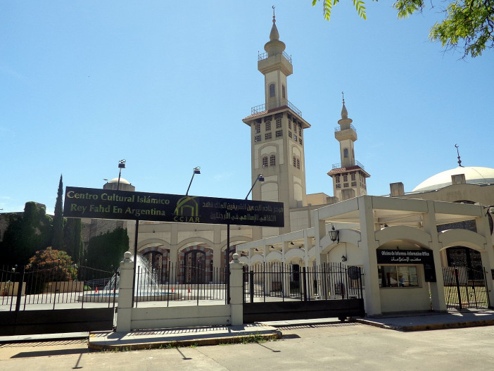 1365px-Mezquita_Centro_Cultural_Islámico_Rey_Fahd_Buenos_Aires_02.jpg