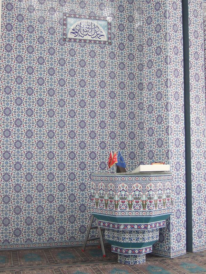 Mevlana_Moschee_(Kassel)_Gebetssaal_Detail2.jpg