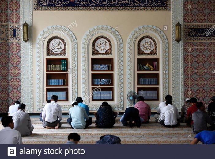 muslim-men-praying-at-friday-prayersal-serkal-mosquephnom-penhcambodiasouth-east-asia-2BB0BX1.jpg