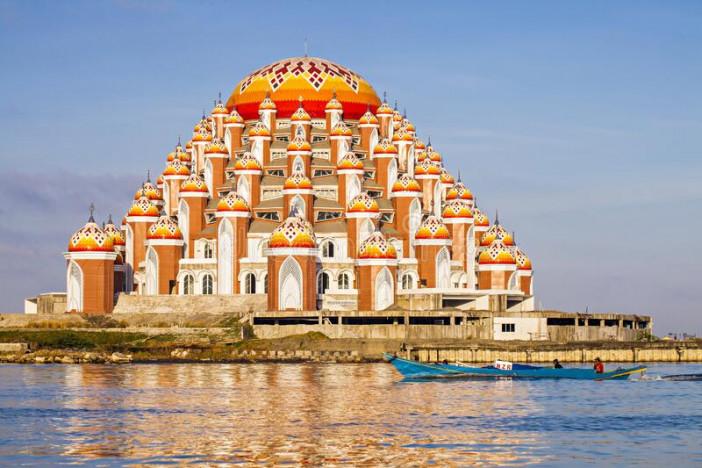 masjid-kubah-domes-mosque-beautiful-unique-architecture-located-famous-destination-losari-beach-makassar-south-sulawesi-178951507.jpg