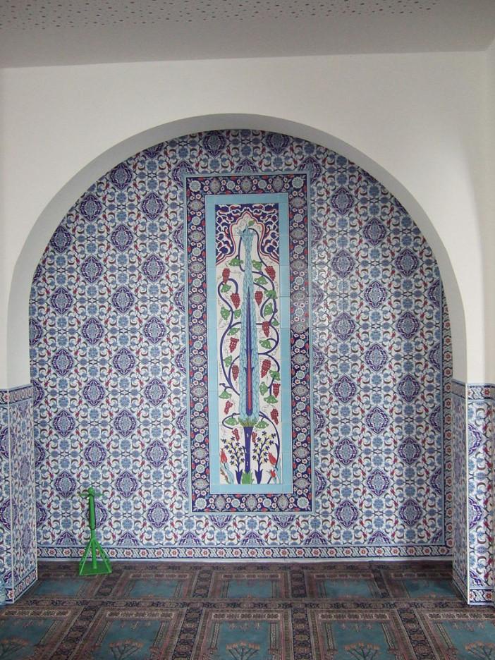 Mevlana_Moschee_(Kassel)_Gebetssaal_Detail4.jpg