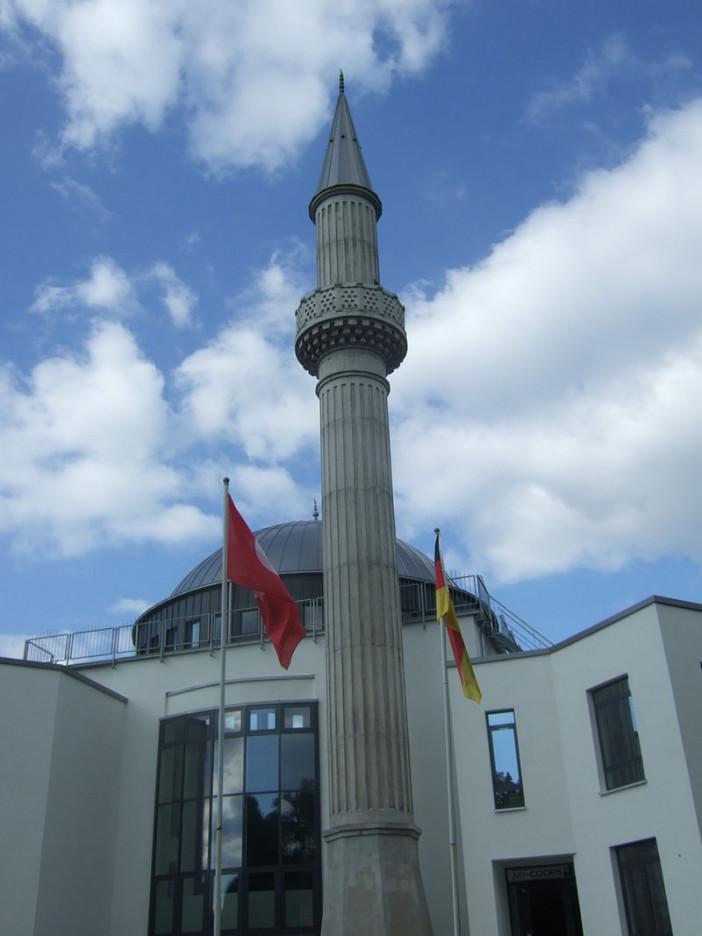 Mevlana_Moschee_(Kassel)_Minarett.jpg
