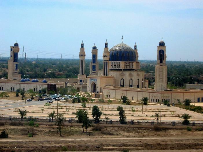 Baghdad_Mosque_Umm_al-Qura,_as_seen_from_the_freeway_in_April_2004.jpg