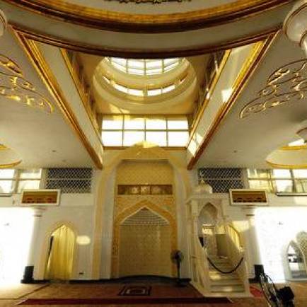 39860361-interior-of-the-crystal-mosque-a-k-a-masjid-kristal-the-mosque-is-located-at-islamic-heritage-park-o.jpg