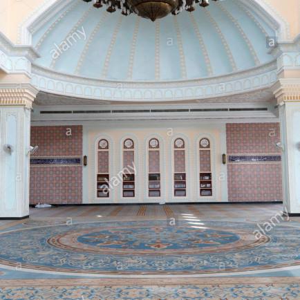 al-serkal-mosque-prayer-room-view-with-carpet-phnom-penh-cambodia-W2H4HN.jpg