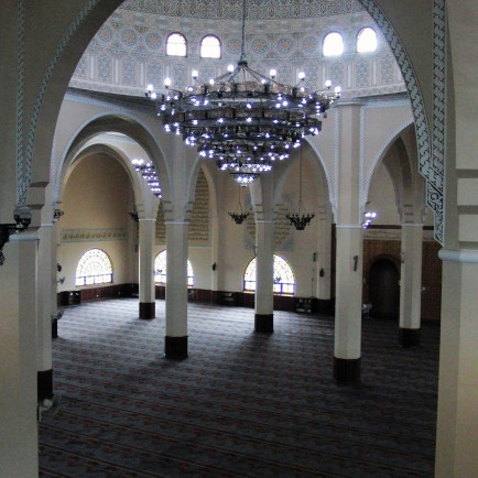 1280px-Interior_view_Kampala_National_mosque.jpg