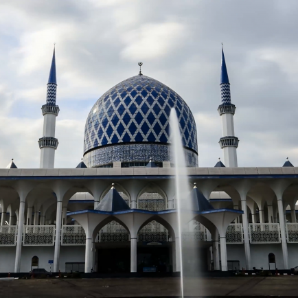 the-sultan-salahuddin-abdul-aziz-shah-mosque-shah-alam-also-known-as-the-blue-mosquemotion-blur-effect-added-with-soft-focus-shallow-dof_.png