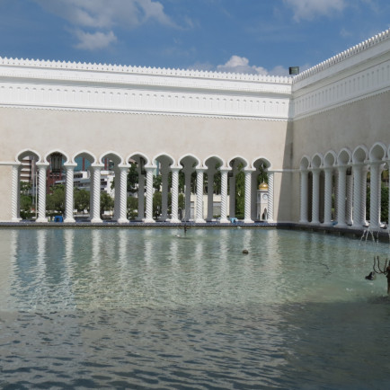 omar-ali-saifuddien-mosque-pool.jpg