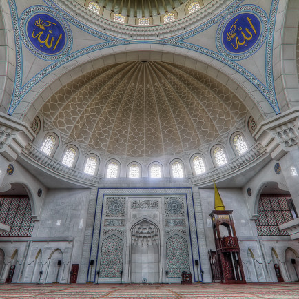 Persekutuan_wilayah_Mosque_interior.jpg