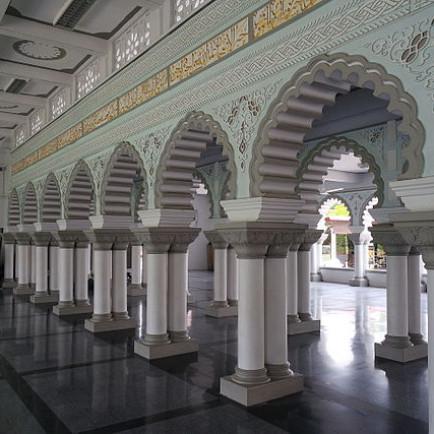 Masjid_Zahir_Interior_Arches.JPG