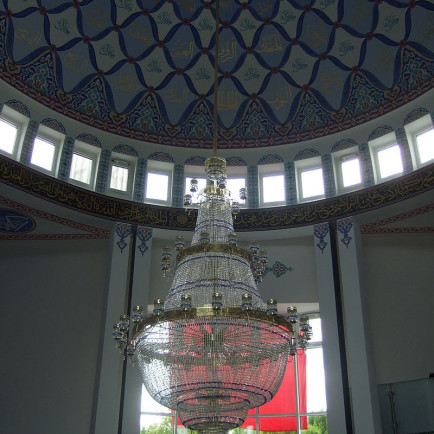 Mevlana_Moschee_(Kassel)_Gebetssaal_Deckenleuchter1.jpg