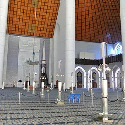 Blue-Mosque-Sultan-Salahuddin-Abdul-Aziz-Shah-Mosque-main-prayer-hall-470.jpg