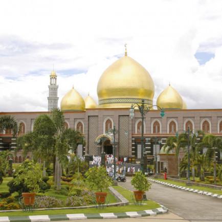Masjid_Dian_Al-Mahri_Di_depok_kubah_emas.jpg